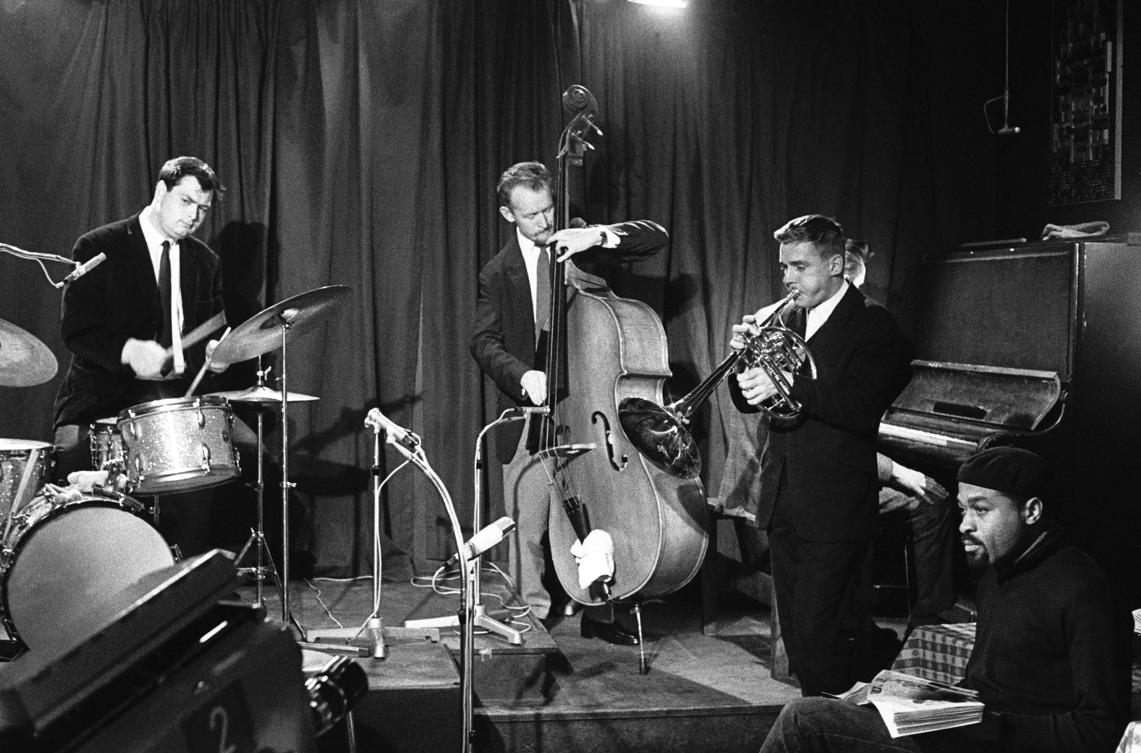 Finn Mickelborg with unknown drummer,Hugo Rasmussen & Atli Bjørn at Vingården Copenhagen 1966.In the foreground poet Ted Jones
